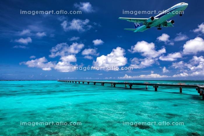 沖縄県・下地島 飛行機と夏の下地島空港付近の海の風景の販売画像