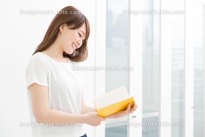 本を読む女性の販売画像