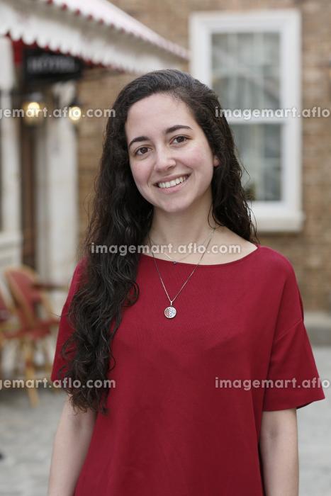 海外イメージの街に立つ外国人の若い女性の販売画像