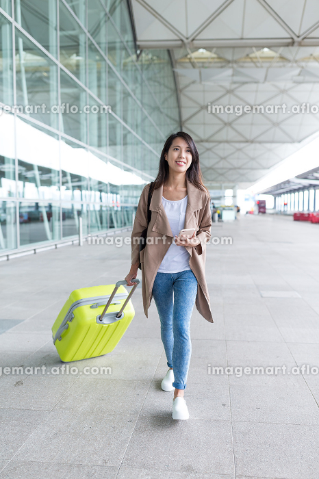 Young woman go travel in airportの販売画像