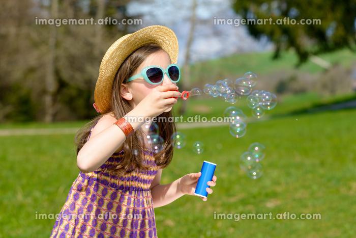 a little girl making soap bubblesの販売画像