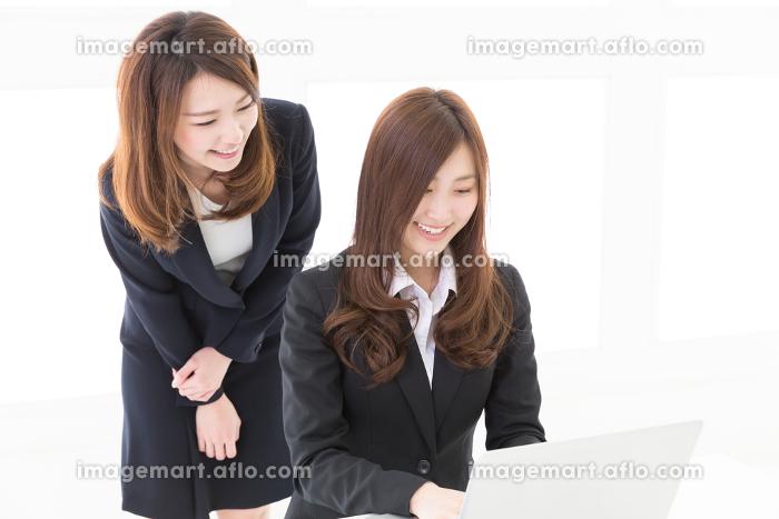 パソコンを見る二人の女性 ビジネスの販売画像