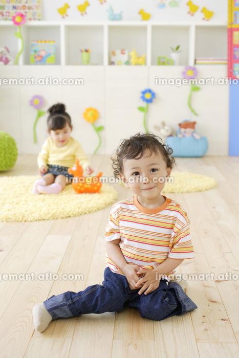 カラフルな子供部屋で遊ぶハーフの子供たちの販売画像