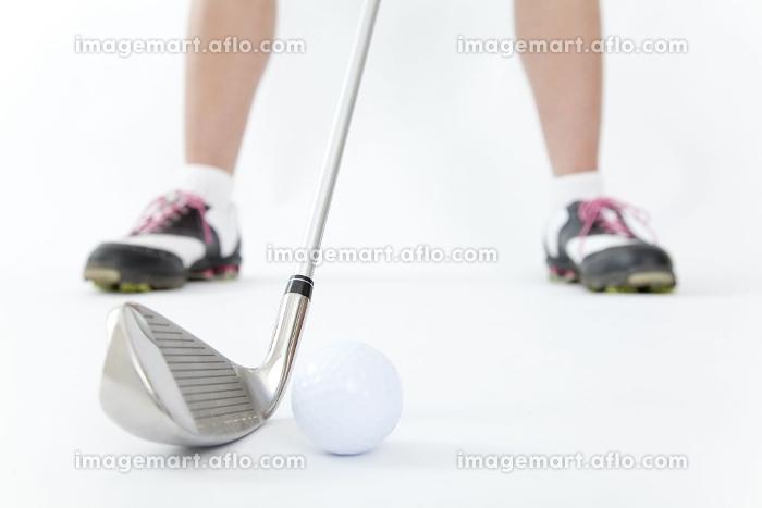 ゴルフクラブを構える女性の販売画像
