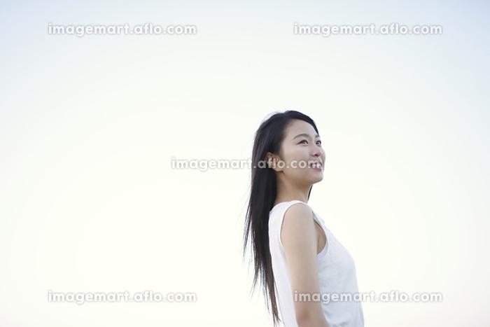 遠くを見ている若い日本人女性の販売画像