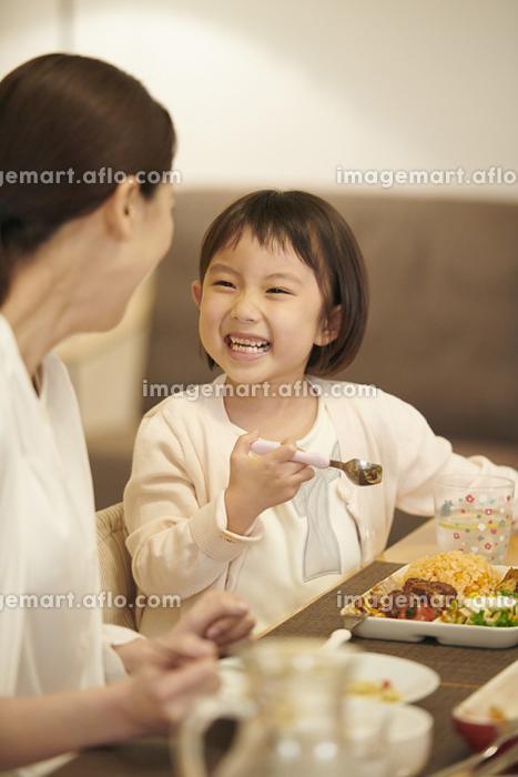 夕飯をとる日本人親子