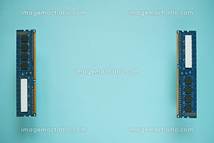 青い紙の上に部品面を見せて間を空けて左右に置いた二枚のデスクトップパソコンのDDR3増設メモリーの販売画像