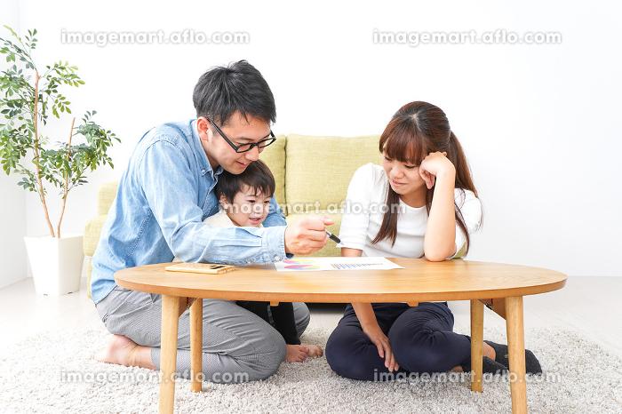 家族会議をする若い夫婦の販売画像
