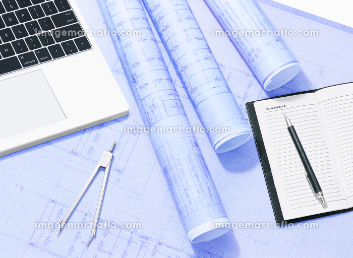 パソコンと設計図と手帳の販売画像