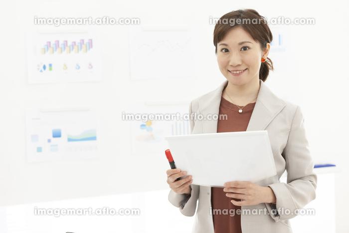 資料を持つビジネス女性の販売画像
