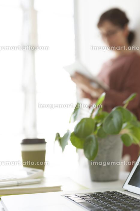 ビジネスデスクとビジネスウーマンの販売画像
