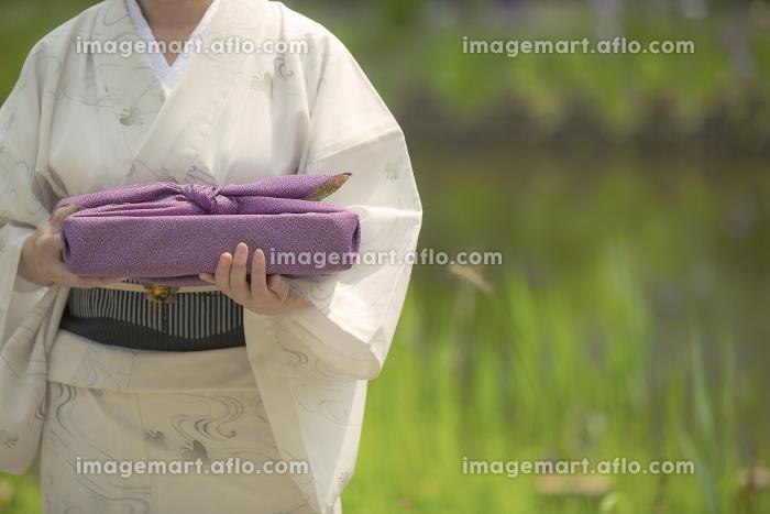 風呂敷包みを持つ着物の女性の販売画像