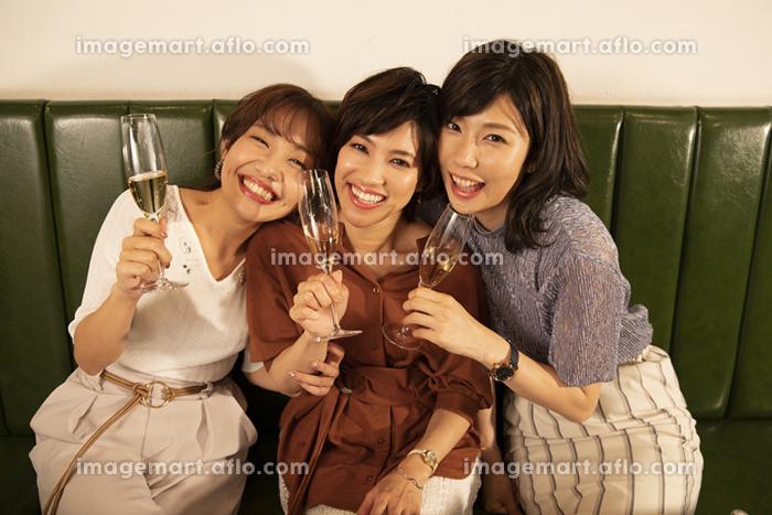 女子会を楽しむ日本人女性の販売画像
