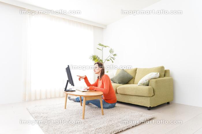 自宅でパソコンを使う若い女性