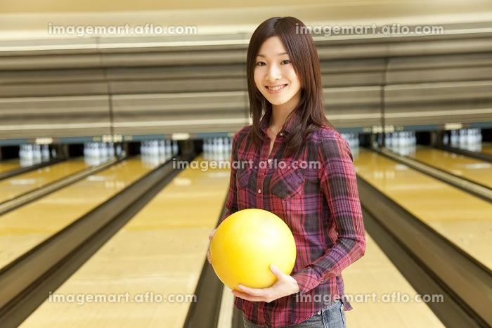 ボウリングの球を持つ女性の販売画像