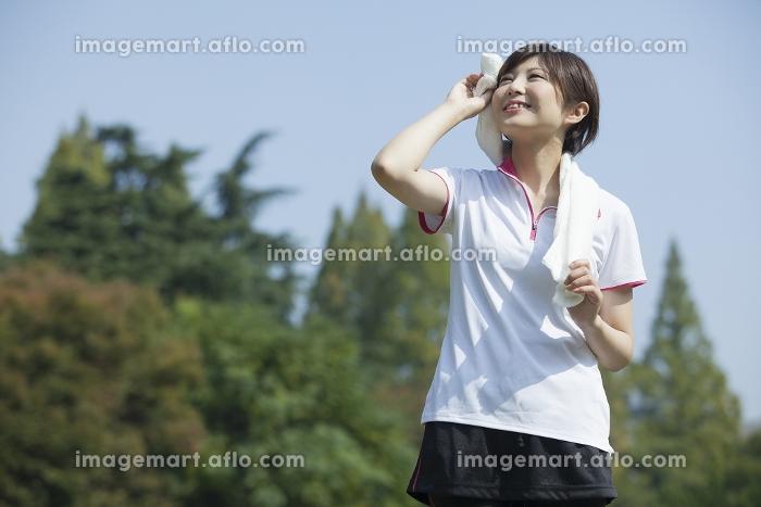 タオルを首に巻く女性の販売画像