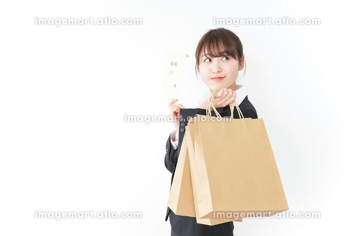 給料でショッピングをするビジネスウーマンの販売画像