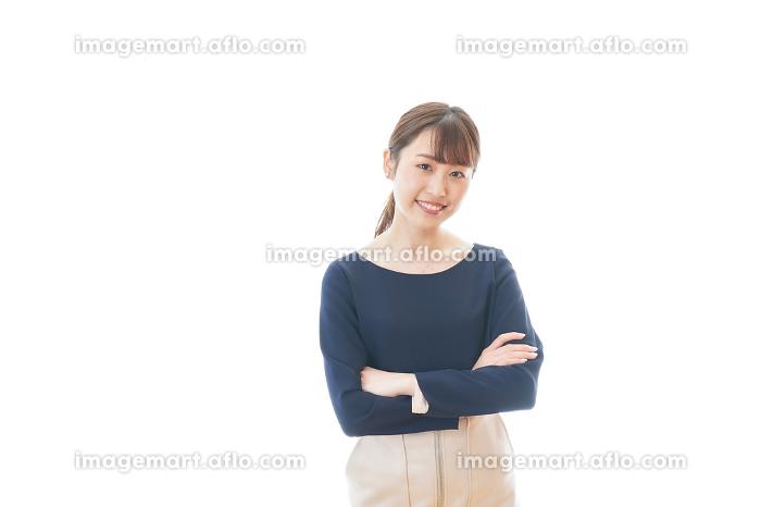 笑顔で腕を組む若いビジネスウーマンの販売画像