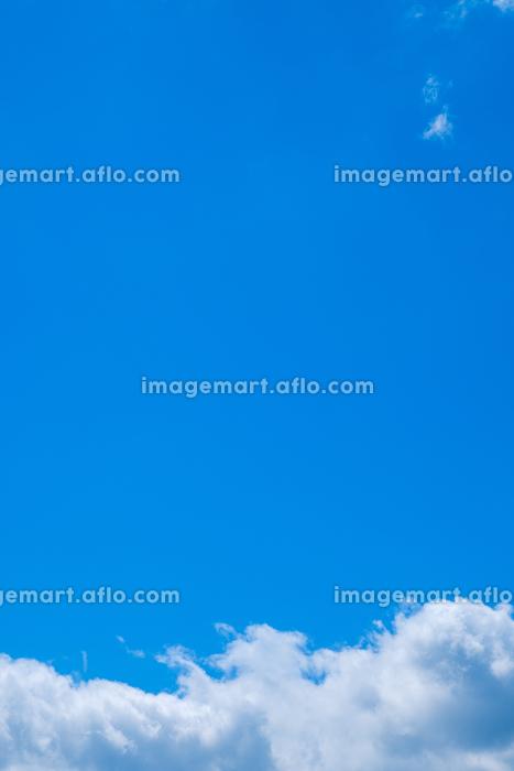 青空と雲 真夏の空 背景素材 7月 コピースペースの販売画像