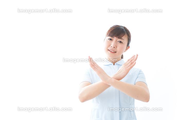 NOを示す若い看護師の販売画像