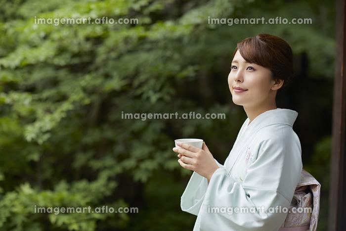 微笑む着物を着た日本人女性の販売画像