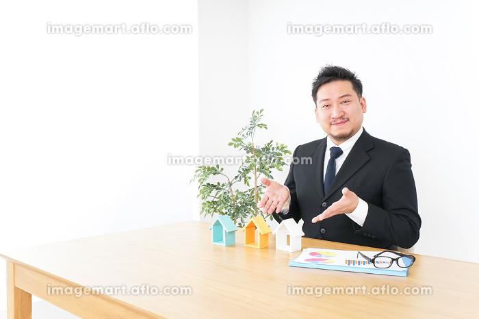 不動産会社のビジネスマンの販売画像