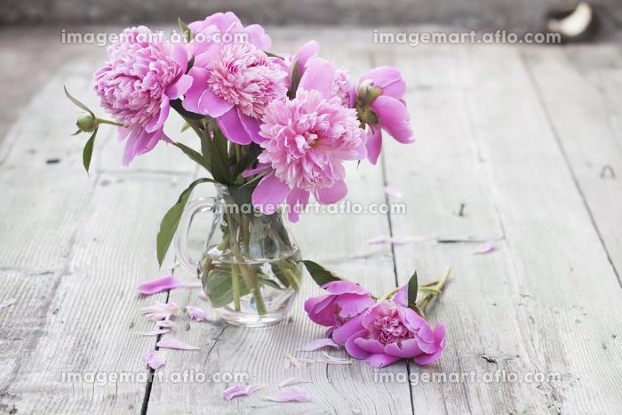 Pink peonies on wooden backgroundの販売画像
