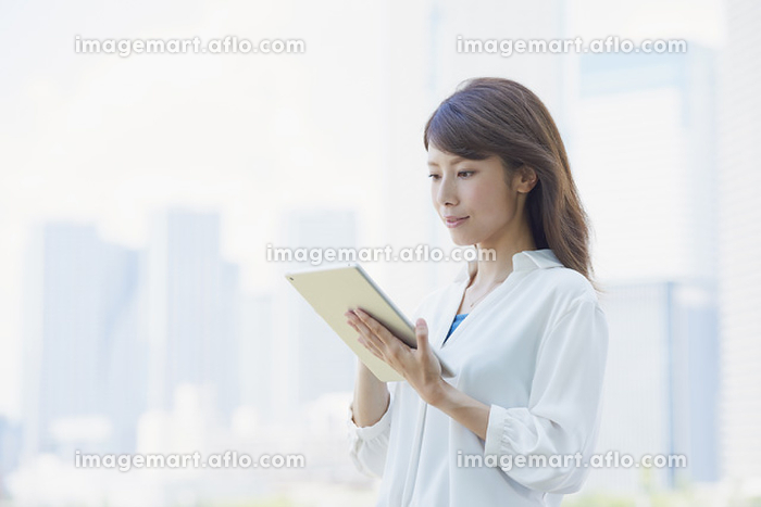 タブレットを使う若い日本人女性の販売画像