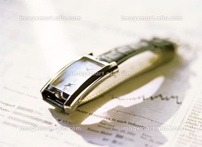 腕時計と新聞の販売画像