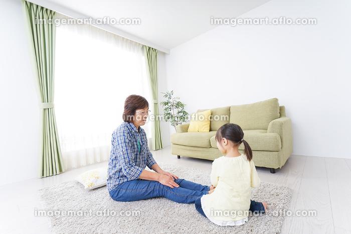 おばあちゃんと部屋で遊ぶ子供の販売画像
