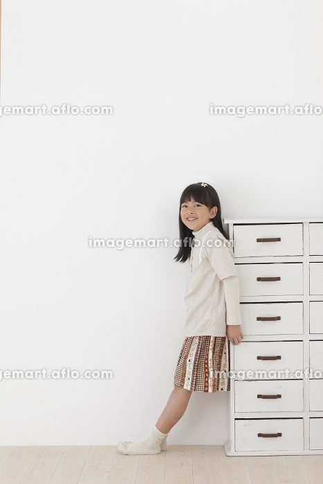 フローリングの床に立つ女の子の販売画像