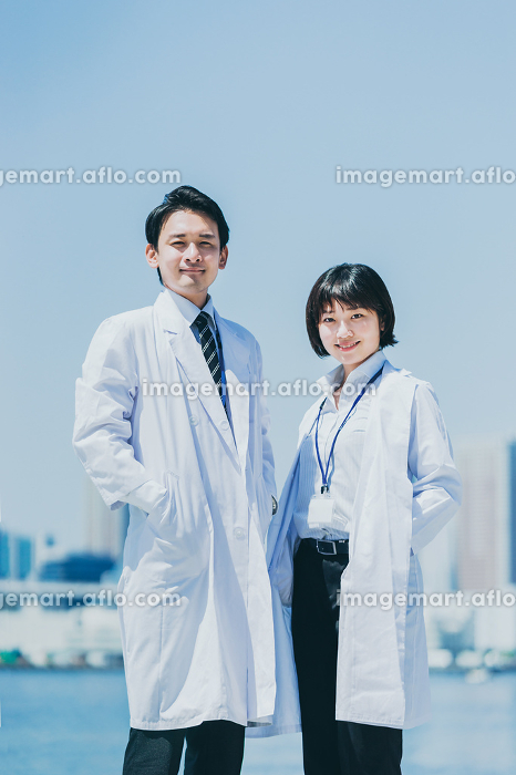 自信に満ちた表情の男女の医者の販売画像