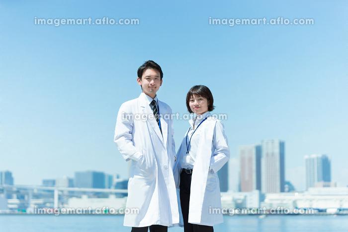 白衣の男女(医者と科学者のイメージ・カメラ目線)の販売画像