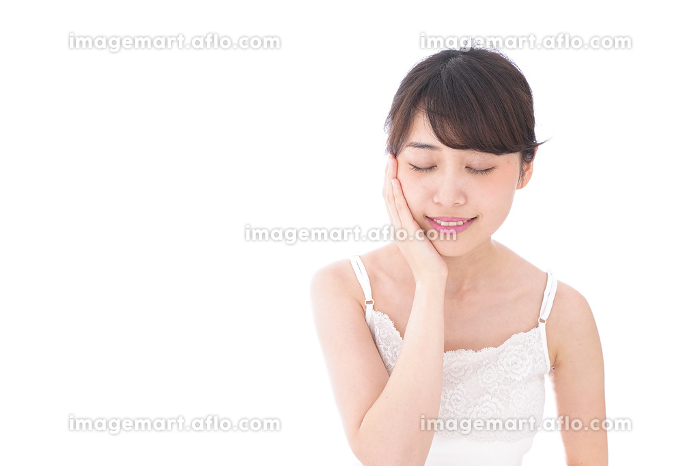 スキンケアをする若い女性の販売画像