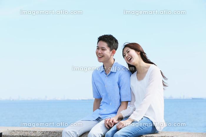 海辺にいるカップルの販売画像