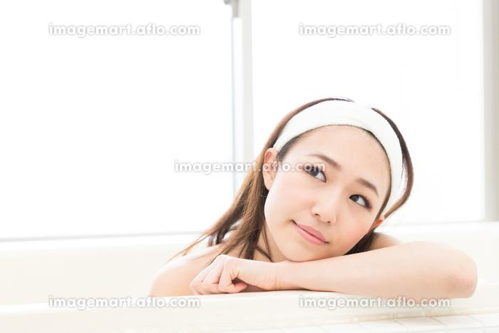 お風呂に入る女性の販売画像