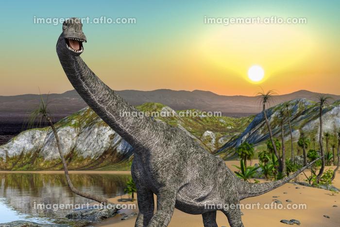 水と植物が豊かな大地に太陽が昇る情景を背景に一匹のプラキオサウルスが口を開けて水辺を歩いているの販売画像