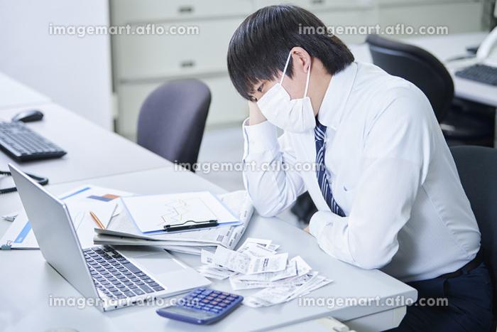 うなだれる日本人ビジネスマン