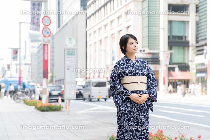浴衣姿の若い女性の販売画像