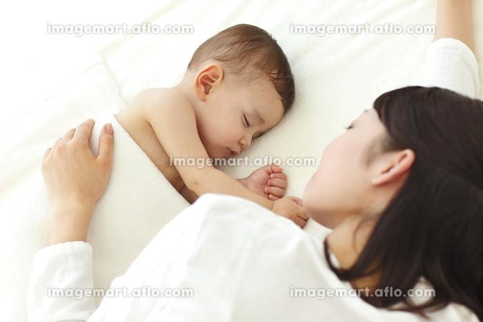 眠る赤ちゃんとお母さんの販売画像