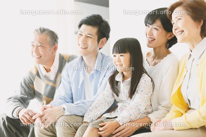 ソファで団らんする日本人三世代家族