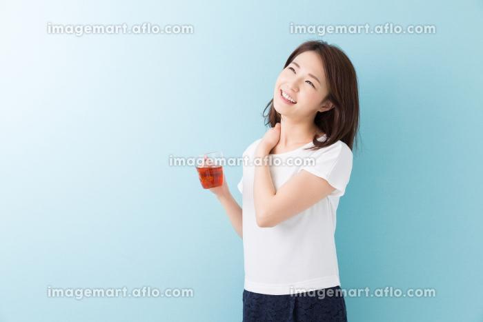 お茶を飲んでリラックスする女性の販売画像