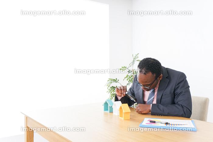 不動産会社で働く男性の販売画像