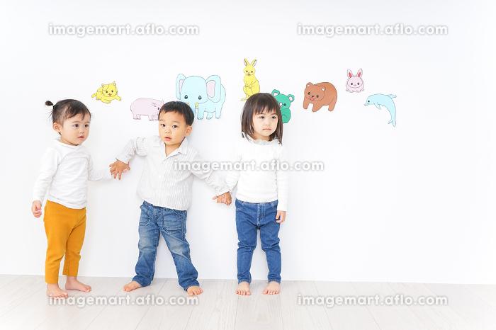 遊ぶ子供たちの販売画像