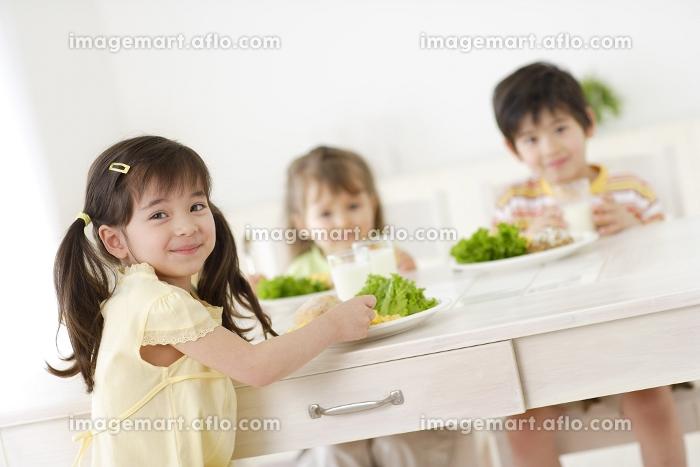 ダイニングで食事をするハーフの男の子と女の子の販売画像