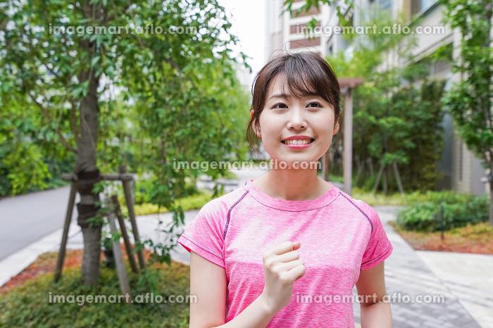 ランニングをする女性の販売画像