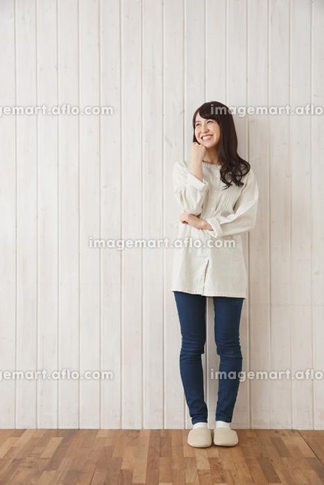 横を見て笑っている日本人女性
