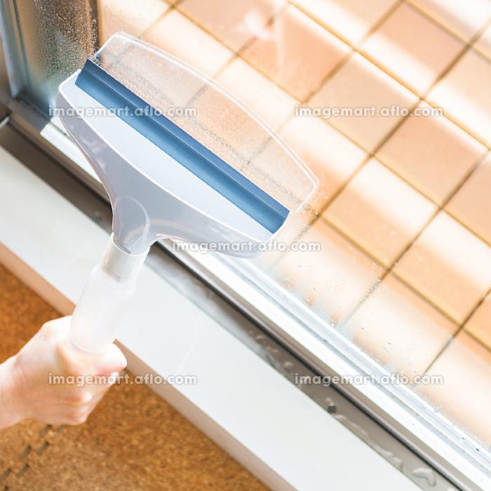 100均ワイパーで窓の結露を取る 【冬の家事のイメージ】の販売画像