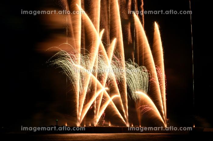海上から打ち上げられる花火の販売画像