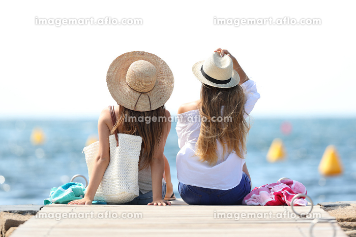 Tourists enjoying summer holidays on the beachの販売画像